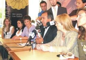El Secretario de Estado de Turismo, Cultura y Medio Ambiente, Dante Elizondo, junto a la Subsecretaria de Cultura, Zulma Invernizzi e integrantes de la Comisión de Reinas, anunciando el concurso para integrar el Jurado.