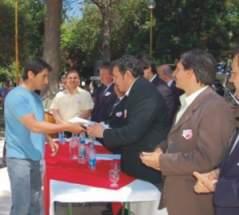 El diputado departamental Roque Elizondo en la entrega de libretas de fondos de desempleo a los beneficiarios