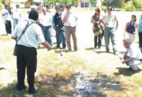 Fernando Murúa recolectando larvas de mosquitos