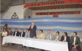 El gobernador Jos� Luis Gioja, en el Club Aberastain, donde se entregaron los anteojos y certificados de capacitaci�n