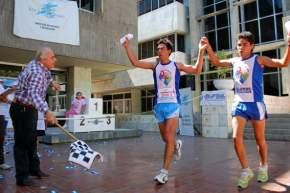 El Intendente Marcelo Lima con la bandera a cuadros en la nueva edición de la competencia Aventura Urbana 2009