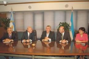 El Gobernador de San Juan, José Luis Gioja, y el Secretario General del CFI, Juan José Ciácera, el ministro de Producción, Raúl Benítez y funcionarios del Consejo.