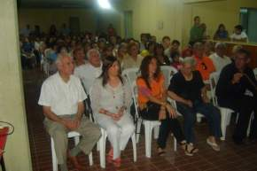 El intendente Alvarez acompañado por los funcionarios del municipio y la directora de Discapacidad de la provincia, Sandra Lirio, además de los asistentes, durante las presentaciones folclóricas