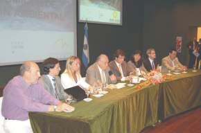El secretario de Minería, Felipe Saavedra da la bienvenida, acompañado por el Vicegobernador Uñac, el diputado Víctor Menéndez, el vicepresidente de la Cámara Minera de San Juan, Jaime Bergé; el titular de AOMA, Martín Angel; y funcionarios