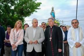 Monseñor Alfonso Delgado encabezó la procesión acompañado por el Intendente de la Ciudad de San Juan, Marcelo Lima y su esposa, Laura Pizarro, sacerdotes y fieles