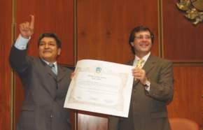El Dr. Nelson Campero muestra el diploma de diputado provincial entregado por el presidente de la Cámara, Dr. José Rubén Uñac