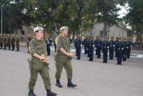 El entrante 2º jefe, mayor Zani y el saliente, mayor Venturini, en la vista a las tropas