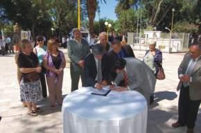 El Dr Uñac rubricó el acuerdo antes firmado por el Intendente Tello y los vecinos de tres barrios de Chimbas, para la pavimentación de las calles