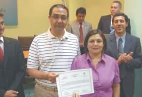 Una egresada con el secretario Administrativo, Dr. Orelo y el titular del ICAP, H. Allende