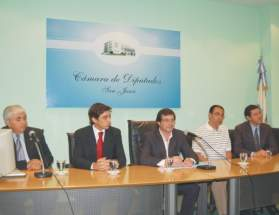 La mesa de autoridades en el acto de entrega de 36 certificados del curso 2008/09 de taquígrafos parlamentarios y judiciales, presidida por el vicegobernador José Rubén Uñac