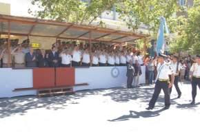 Desfile de efectivos, frente al palco, por Av. José I. de la Roza