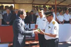 El jefe de la Policía recibe del Vicegobernador Uñac una 9 mm y balas