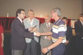 El gobernador Gioja, el intendente Lima, y el vicegobernador Uñac en la entrega de una acreditación de jubilación
