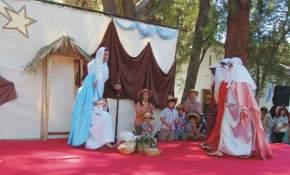 Llegan los reyes magos a adorar al niñó recién nacido en Belén