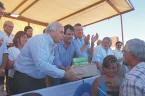 El intendente Marcelo Lima entrega llaves y un pack de libros a un jefe de familia