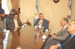 Zaffaroni presentó sus saludos protocolares a José Luis Gioja acompañado por el vicegobernador Uñac, el senador César Gioja, miembros del gabinete, diputados, el intendente Lima y organizadores del Foro