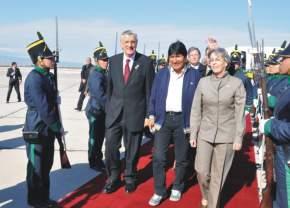 Por la alfombra roja, Morales acompañado por Gioja y la embajadora de Bolivia