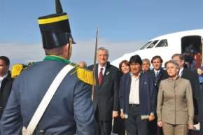 El Presidente Morales es recibido con los honores a su cargo