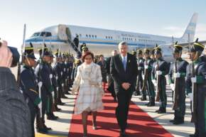Por la alfombra roja y recibiendo los honores de las guardias formadas, la Presidenta y el Gobernador