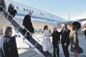Tras bajar del avión presidencial, Cristina Fernández es saludada por José Luis Gioja y su esposa Rosa Palacio, mientras desciende Néstor Kirchner