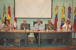 Los disertantes del Foro, momento en que habla el ex ministro de Salud de la nación y actual embajador argentino en Chile, Ginés González García