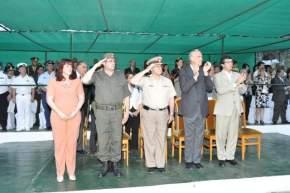 Autoridades en el palco saludan el desfile de efectivos de Gendarmer�a