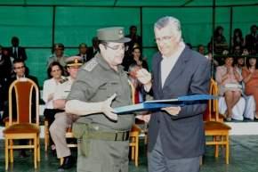 El gobernador Gioja saluda y entrega un presente al jefe saliente, Jorge Hogalde
