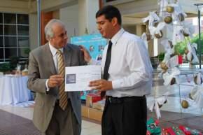 El Intendente Marcelo Lima recibe una distinción por parte de un alumnos de la Escuela Fortabat