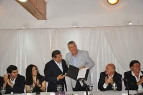 El gobernador anfitrión, Beder Herrera entrega al mandatario sanjuanino, José Luis Gioja, el decreto declarándolo Huésped de Honor