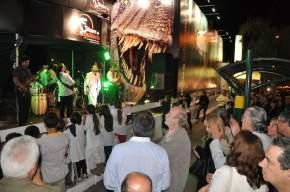 Las autoridades disfrutan el show musical previo a la inauguración de la muestra
