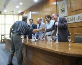 Un productor recibe su certificado por el proyecto aprobado
