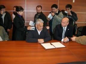 El Ministro Benítez y el Intendente de 25 de Mayo, firman el Convenio para la creación del CA en el departamento