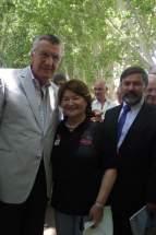 Adriana Peñafiel junto al gobernador, José Luis Gioja, y el director de la Casa de Chile, Luis Valdebenito