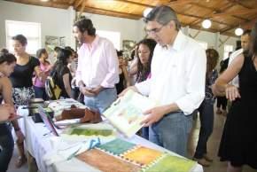 Daniel Molina observa algunos trabajos realizados por los jóvenes de los talleres