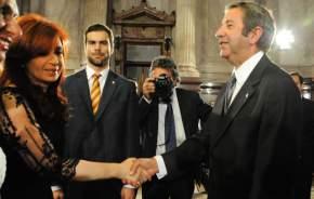 Al llegar al recinto legislativo Cristina Fernández de Kirchner saluda a Julio Cobos, protocolarmente
