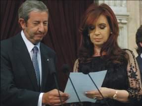 Cobos le entrega a Cristina el texto del juramento