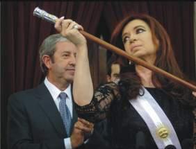 La Presidenta tomó el bastón de mando y lo levantó frente a la mirada y ovaciones de los presentes