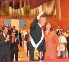 La esposa, Rosa Palacio, le coloca la banda al Gobernador Gioja