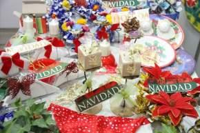 Distintos regalos exhiben los emprendedores que exponen en esta II Feria Navideña