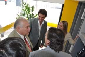 El ministro de Minería, Felipe Saavedra, el vicegobernador Uñac, la gerente del Banco San Juan, el intendente Abarca en el cajero habilitado
