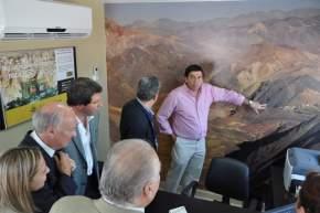 En las instalaciones de Barrick para el Proyecto Lama-Pascua, Claudeville da detalles del emprendimiento minero