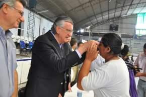 El gobernador Gioja junto al intendente de Rawson, Juan Carlos Gioja, hace entrega del primer par de anteojos