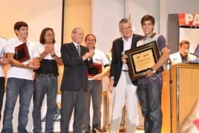 El Gobernador José Luis Gioja y el Director de Diario de Cuyo, Francisco B. Montes distinguen a Emmanuel Mas