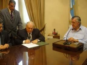 Firma el contrato el ministro de Minería, Felipe Saavedra