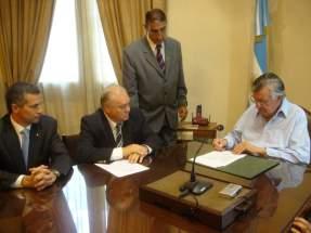El gobernador Gioja firma el contrato de fideicomiso