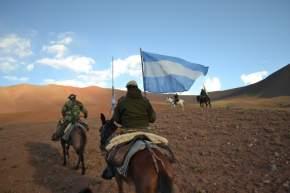 La bandera Argentina siempre enarbolada y liderando la travesía