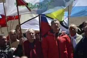 En el límite de Argentina y Chile, con las banderas abrazadas por el viento los funcionarios e integrantes del Cruce de Los Andes emocionados por el encuentro