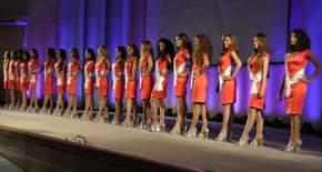 Tras haber desfilado en forma individual, posan las 19 candidatas