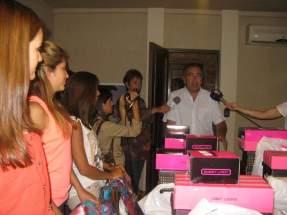 El ministro de Turismo y Cultura, Dante Elizondo cuando las recibió a las jóvenes en el lugar de concentración y les entregó indumentaria para lucir durante la capacitación