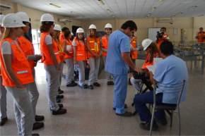 Al llegar las jóvenes fueron examinadas por el servicio médico de la empresa